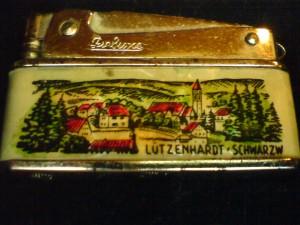 Benzinfeuerzeug Frontseite mit Schwarzwaldmotiv Lützenhardt