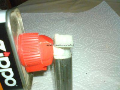 Das Benzin Feuerzeug wird mit Feuerzeugbenzin betankt.